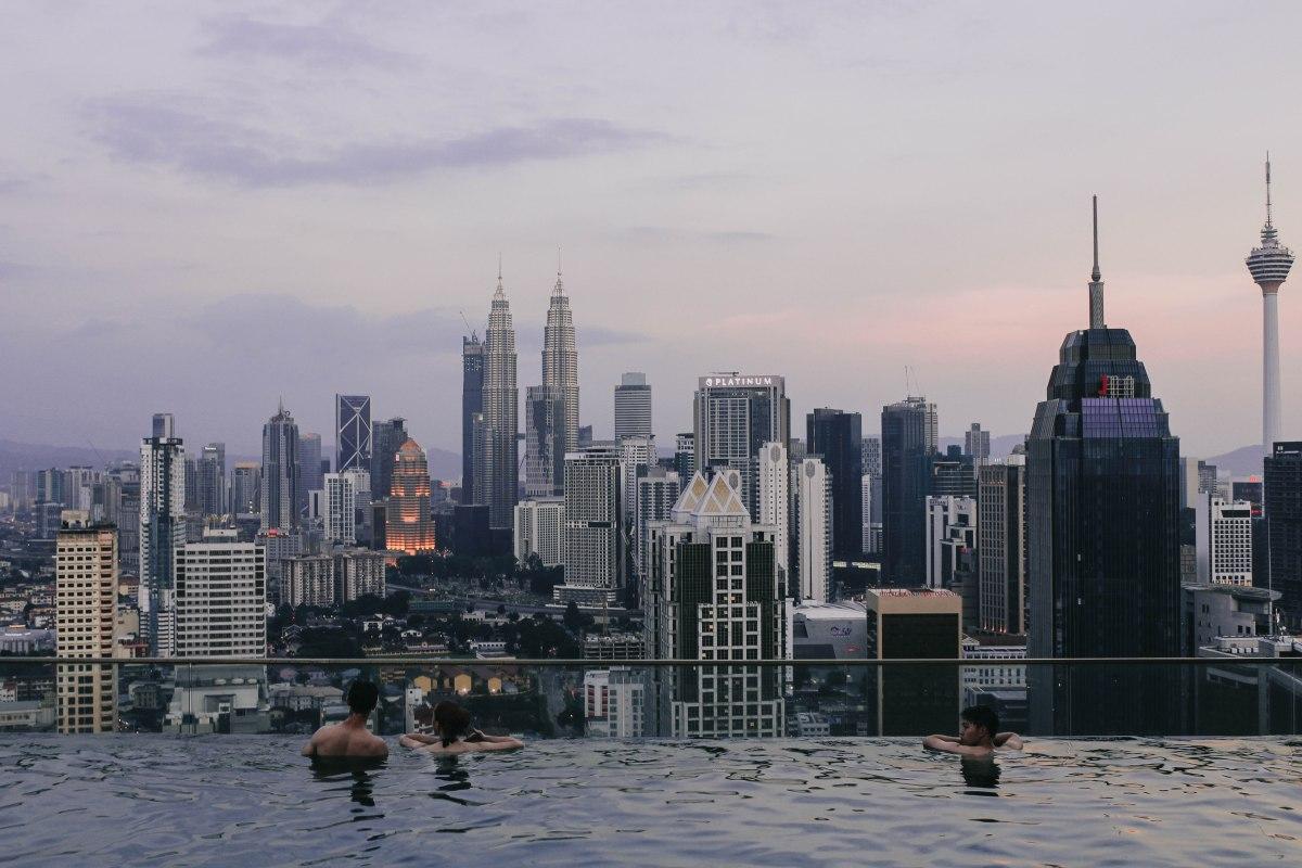 Hồ bơi vô cực ngắm hoàng hôn Kuala Lumpur | Infinity pool for the best sunset view in Kuala Lumpur