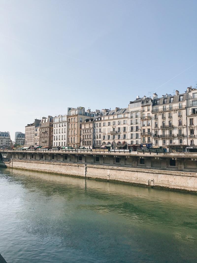 Bờ sông Seine ở Paris | Seine River bank in Paris
