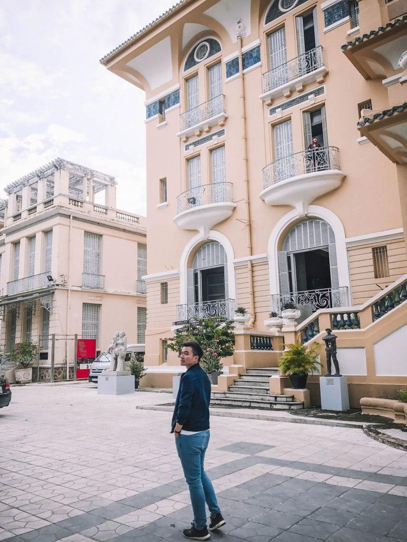 Lý Thành Cơ trong sân Bảo Tàng Mỹ Thuật Thành phố Hồ Chí Minh Fine Arts Museum