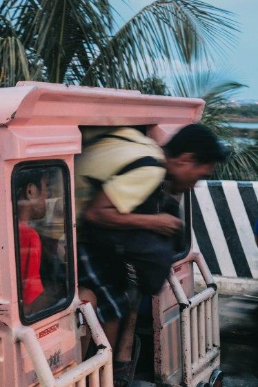 Người địa phương rời Jeepney