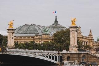Nhìn về Grand Palais trên Pont Alexandre III