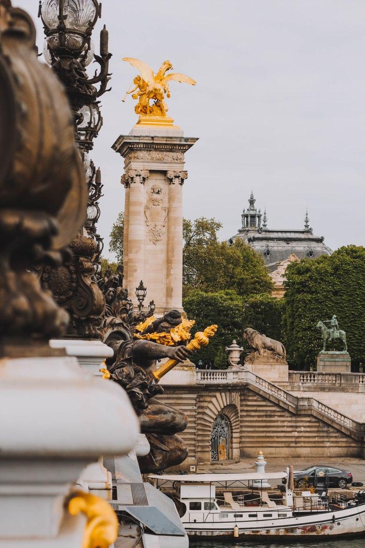 Những bức tượng trên cầu Alexandre III