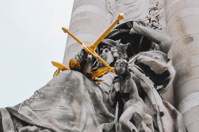Tượng trên cầu Alexandre III Paris