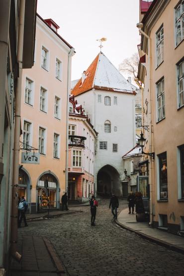 Một ngọn tháp cổ ở Phố cổ Tallinn Estonia
