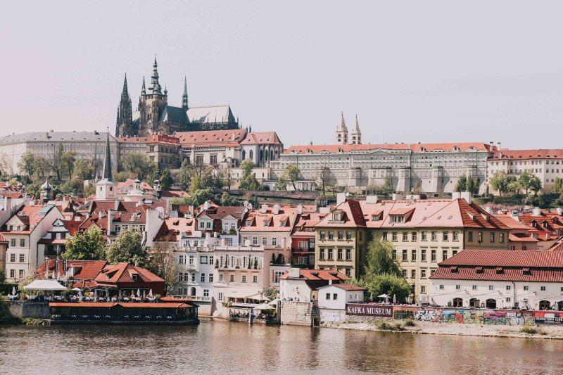 Prague Castle nhìn từ bên sông