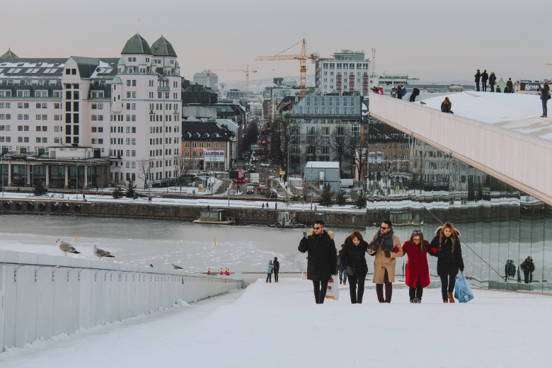 Đi lên dốc lên trên đỉnh Oslo Opera House