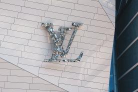 Logo Louis Vuitton trên toà nhà