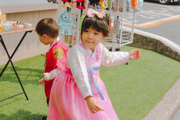 Các bé gái mặc Hanbok
