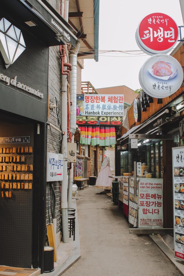 Gyeongbokgung khu phố cổ gần đó