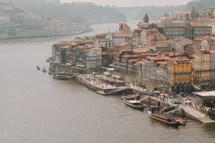 Porto bên bờ sông