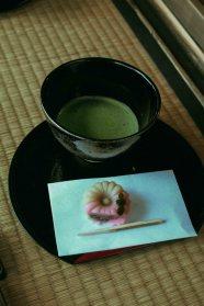 Trà xanh có vị đắng, kết hợp cùng vị ngọt của đậu trong bánh Wagashi tạo nên sự cân bằng hoàn hảo trong phong vị.